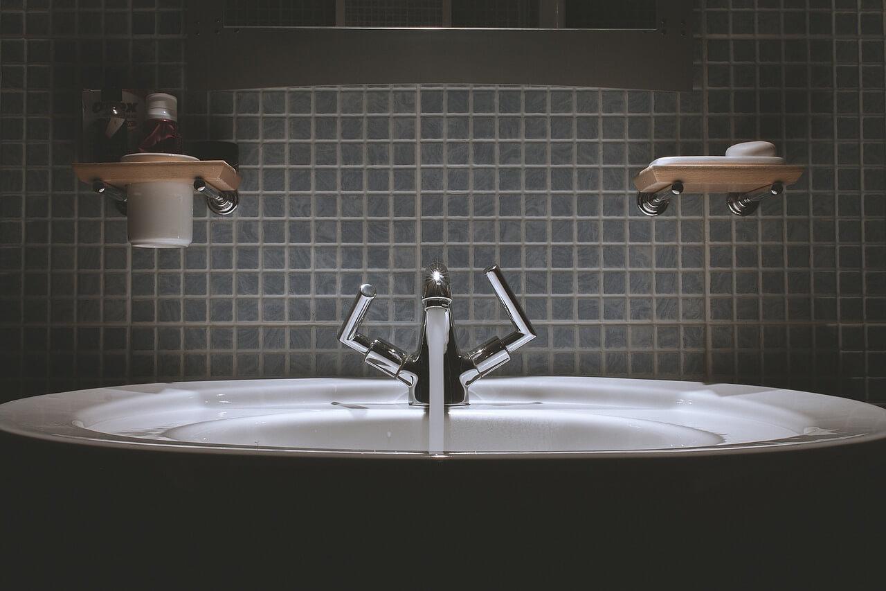 wykorzystując odpowiednie triki możemy sprawić, że optycznie będzie ona wydawała się nam większa!Jak urządzić małą łazienkę w bloku - Zobacz sam!