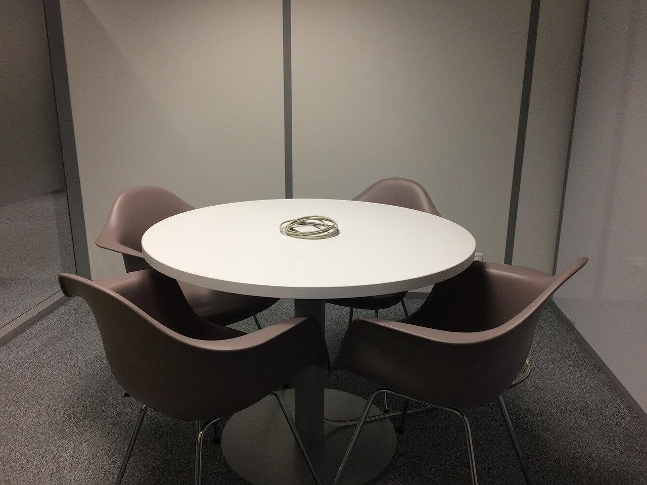 stoły na jednej nodze