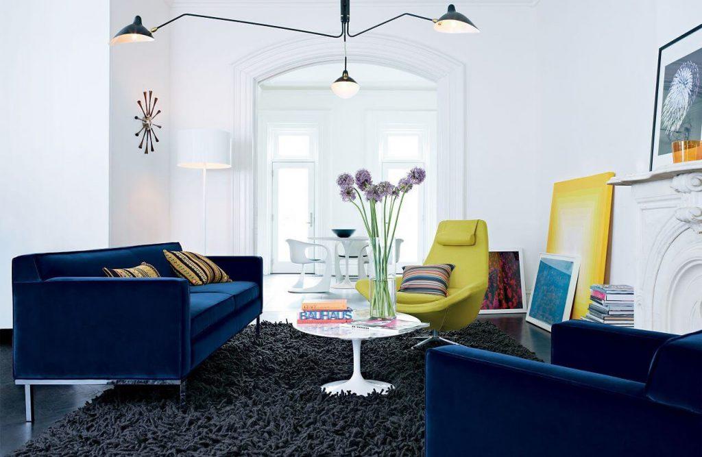 oświetlenie salonu z niebieskimi kanapami